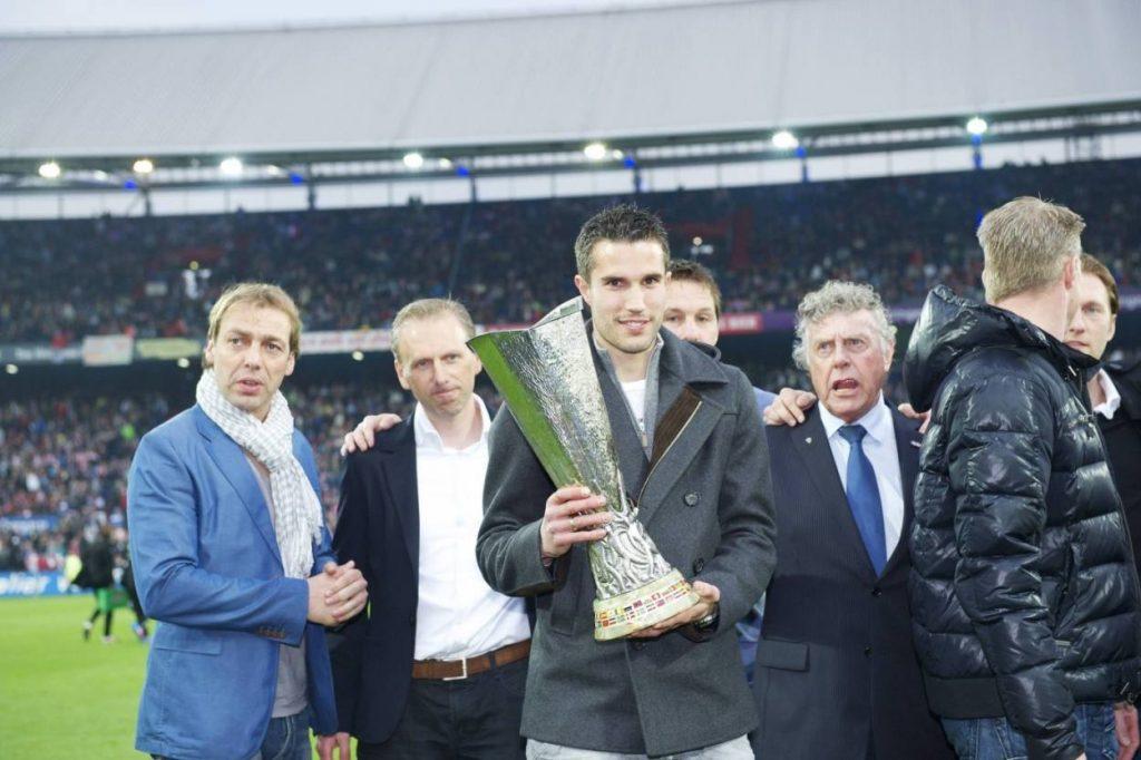 """2. Mai 2012: Robin van Persie und seine ehemaligen Teamkollegen von Feyenoord Rotterdam präsentieren anlässlich des 10-jährigen Jubiläums des 3:2-Erfolges gegen Borussia Dortmund im Stadion """"De Kuip"""" noch einmal den UEFA-Pokal."""