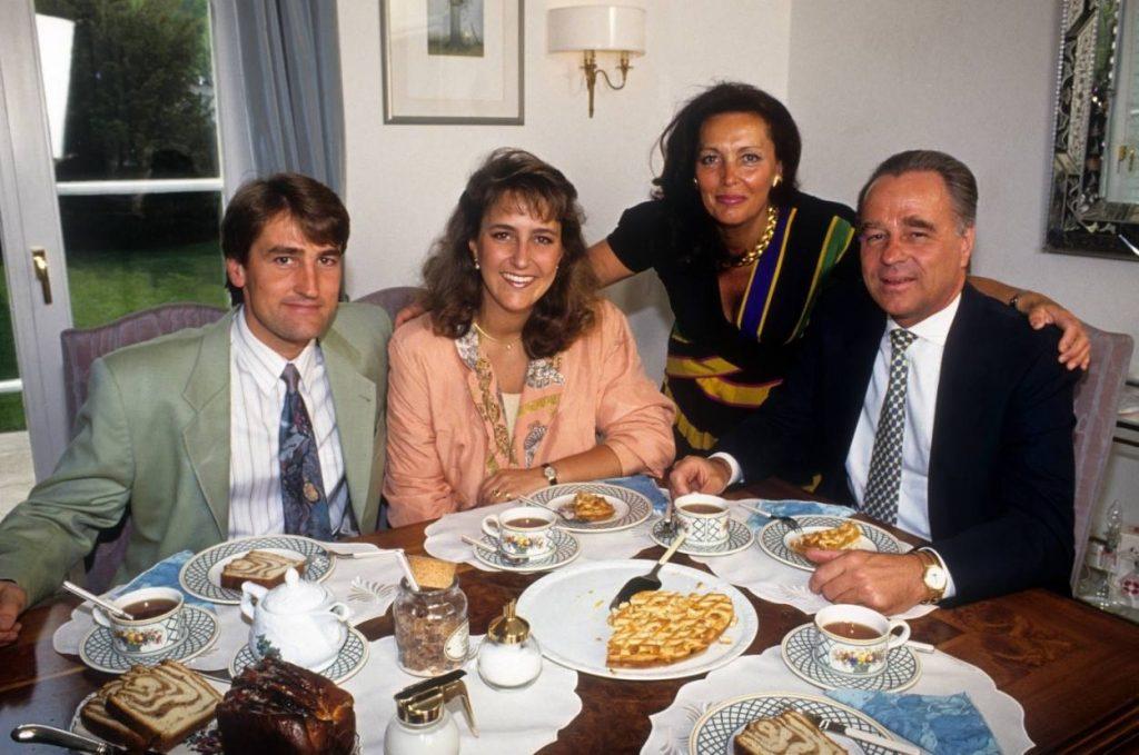 1993 zeigen sich die Bierhoffs gut gelaunt bei Kaffee und Kuchen. Sohn Oliver (nicht im Bild) spielt da noch für Ascoli Calcio, Vater Rolf (r.) hat beim Konzern RWE als Vorstandsboss das Sagen.