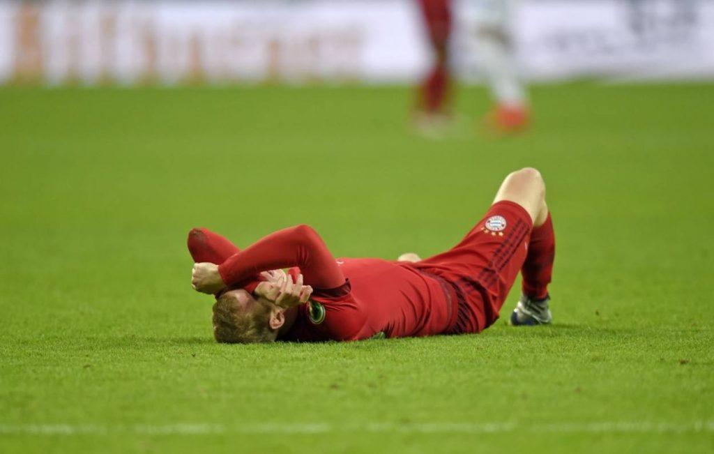 Sebastian Rode bleibt in Diensten von Bayern München wieder einmal verletzt liegen.