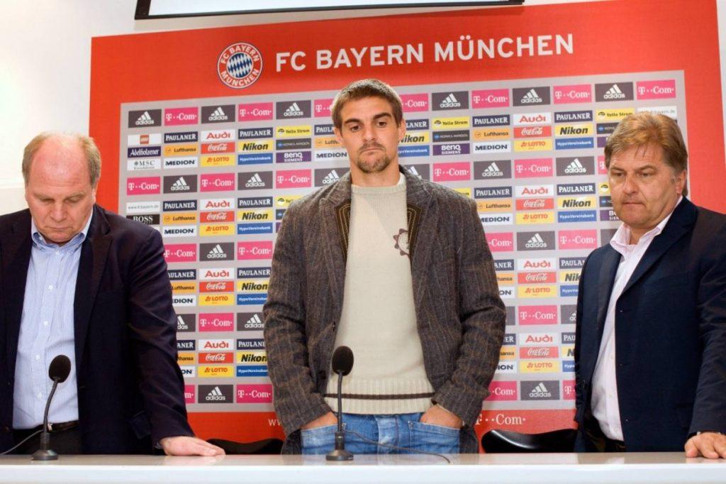 Das bittere Ende einer hoffnungsvollen Karriere. Sebastian Deisler (m.) verkündete am 16. Januar 2007 seinen Rücktritt vom Profifußball. Bayern-Manager Uli Hoeneß und Pressesprecher Markus Hörwick waren geschockt.