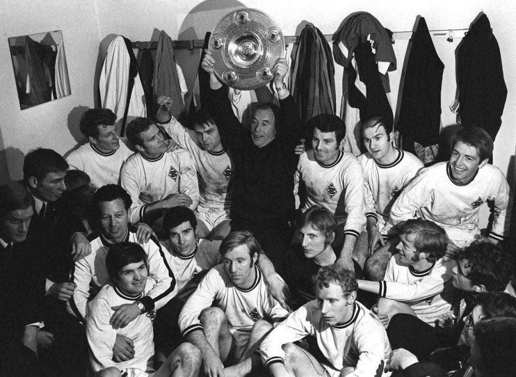 """Endlich am Ziel: Hennes Weisweiler und seine """"Fohlen-Elf"""" von Borussia Mönchengladbach holen 1970 die Deutsche Meisterschaft. Vorn Mitte: Günter Netzer und Berti Vogts."""