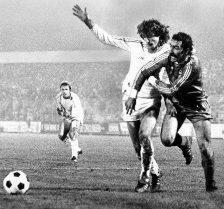 UEFA-Pokal-Achtelfinale 1978: Raymond Domenech (r.) von Racing Straßburg gegen Kees Bregman vom MSV Duisburg. Links: MSV-Legende Bernard Dietz.