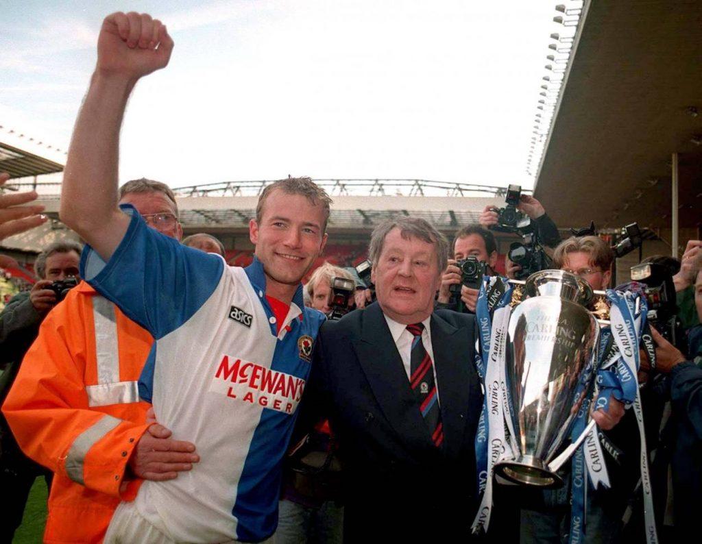 Englischer Sensationsmeister 1995: Blackburns Torjäger Alan Shearer und Klub-Boss Jack Walker (r.) zeigen sich in Anfield mit der Meistertrophäe.