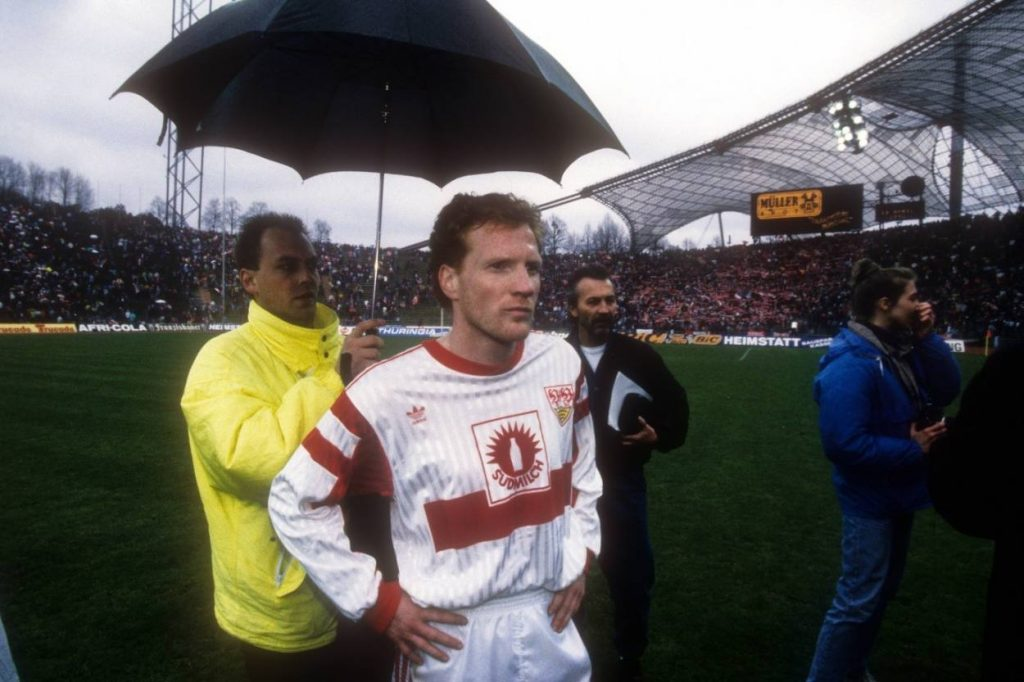 Als Spieler ließ der FC Bayern Matthias Sammer, hier am 18. April 1992 in Diensten des VfB Stuttgart, mehrfach im Regen stehen.