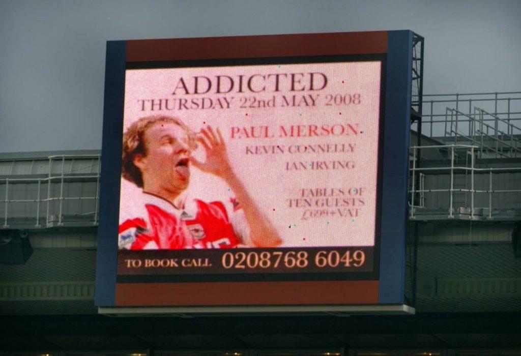 Ein Foto von Paul Merson in seiner typischen Jubel-Pose von einst wirbt auf einer Anzeigetafel für Alkohol-Entzug.