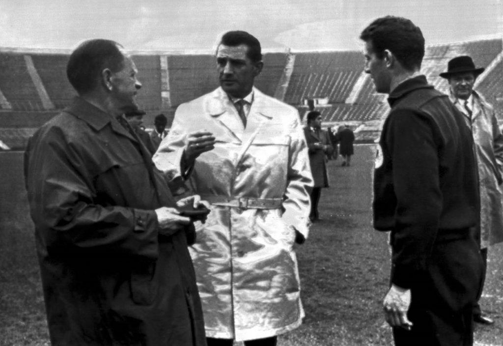 """Fußball-Idol Fritz Walter (m., mit Bundestrainer Sepp Herberger) und Hans """"De Knoll"""" Schäfer (r.) bei der Fußball-WM 1962 in Chile."""