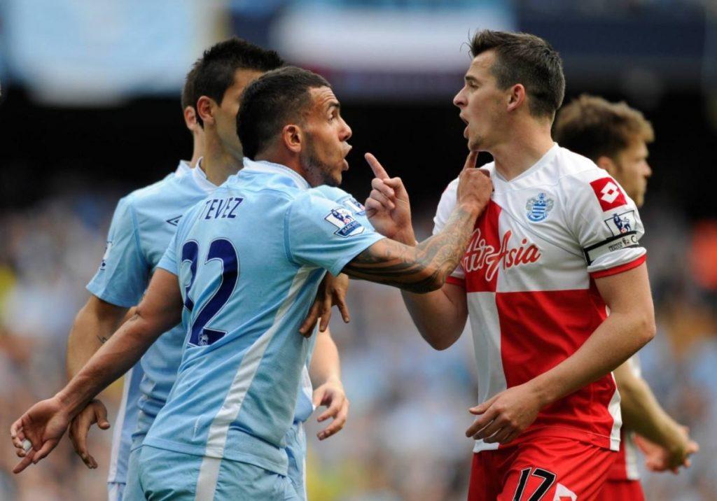 Joey Barton sorgte regelmäßig auf neben dem Spielfeld für Schlagzeilen. Am Meistertag von Manchester City, dem 13. Mai 2012, legte er sich mit Carlos Tevez (l.) an – und flog vom Platz.