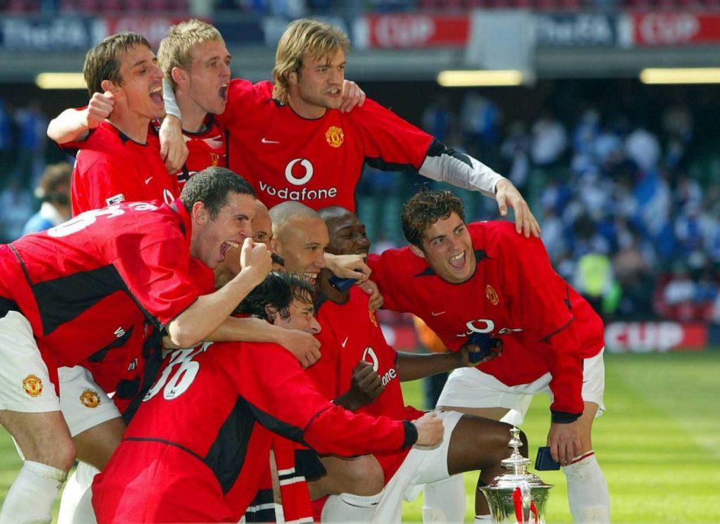 Eric Djemba-Djemba (verdeckt) trug einst das Trikot von Manchester United und bejubelt hier mit Cristiano Ronaldo Gary Neville, Ruud van Nistelrooy und Co den FA-Cup-Sieg 2004.