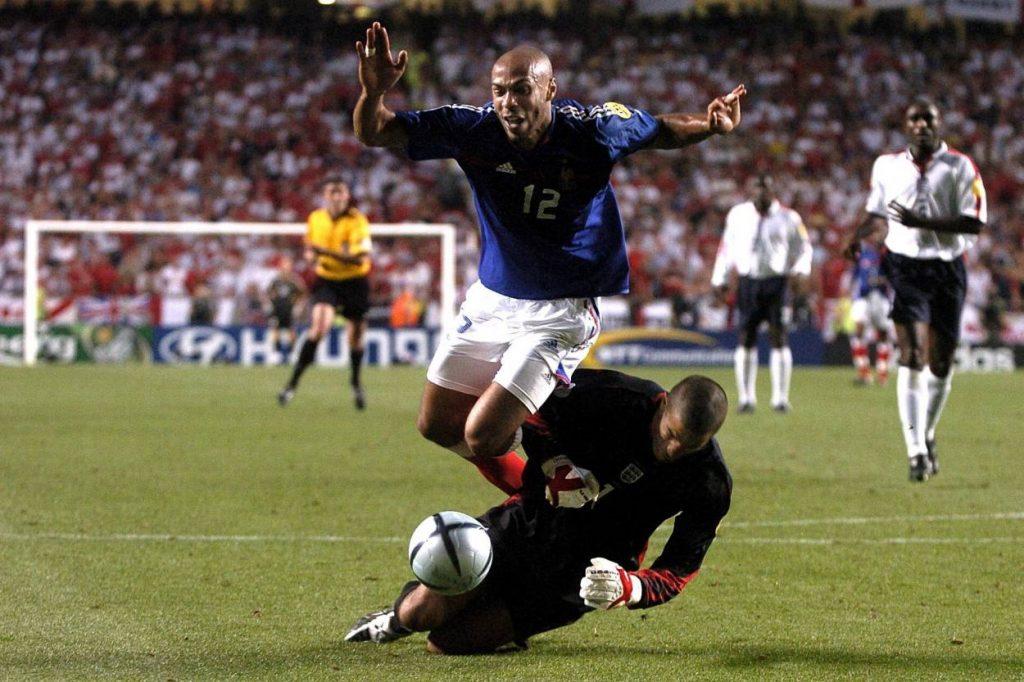 Dass David James in dieser Liste auftaucht, hat mit einigen Patzern zwischen den Torpfosten zu tun. Im Bild lässt er Thierry Henry in der Nachspielzeit des EM-Spiels England gegen Frankreich 2004 fliegen. Die Folge: Natürlich Elfmeter für die Franzosen und 1:2 aus Sicht der Engländer…
