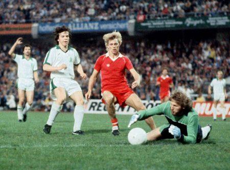 Nach seiner Flucht und einer Sperre spielt Nachtweih erst für Eintracht Frankfurt – und holte mit den Hessen 1980 gegen Borussia Mönchengladbach und Lothar Matthäus den UEFA-Pokal.