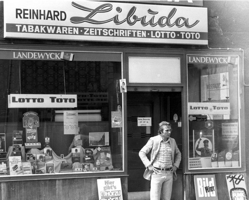 Reinhard Libuda vor seinem Tabakladen in Gelsenkirchen.