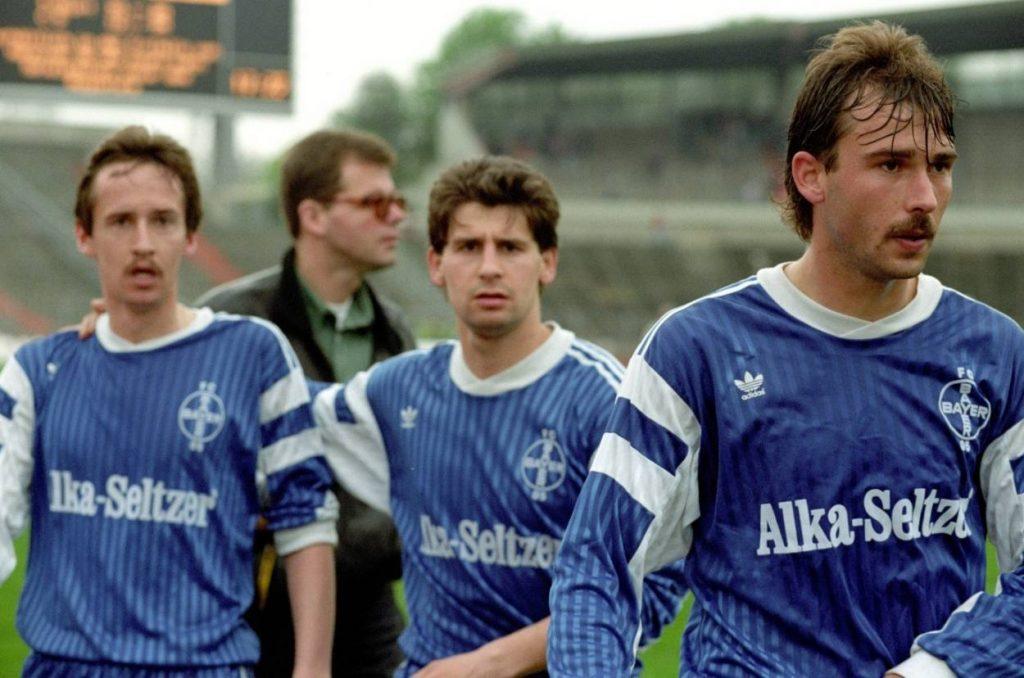 Der Essener Andreas Sassen (r.) kommt 1990 über Bayer 05 Uerdingen in die Bundesliga.