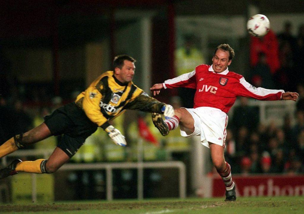 Eike Immel (l.) flog auch für Manchester City – hier gegen den FC Arsenal und den englischen Nationalspieler David Platt.