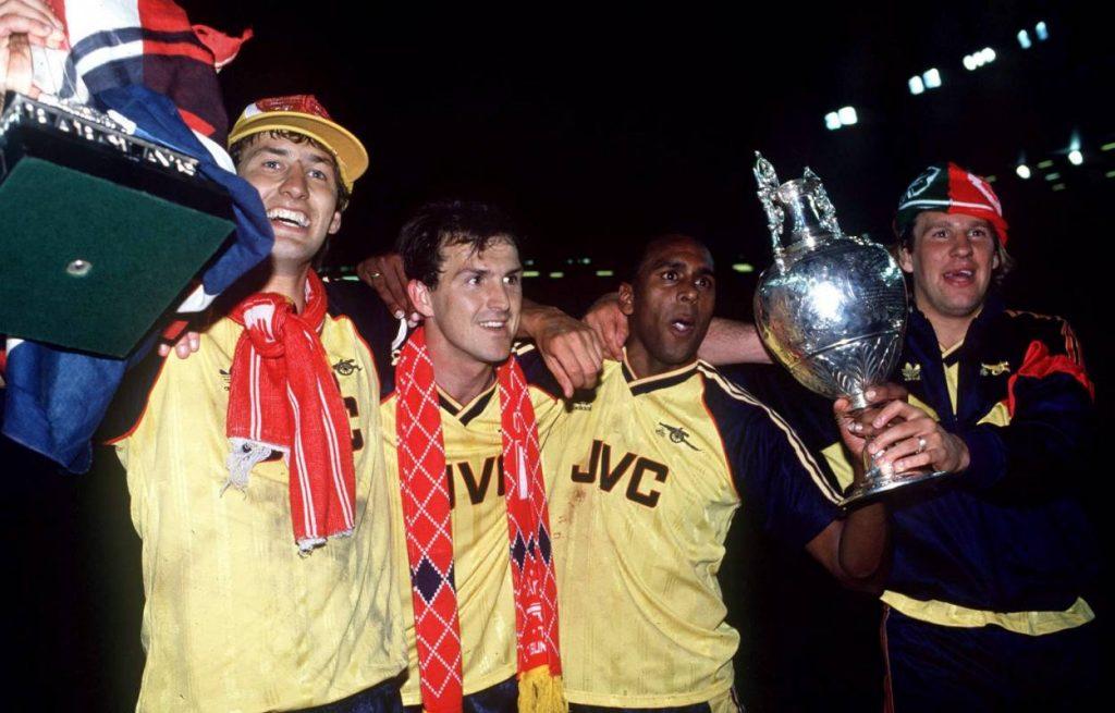 26. Mai 1989: Im Anschluss an diese Meisterfeier des FC Arsenal in Liverpool mit (v. l.) Tony Adams, Martin Hayes und David Rocastle, rastet Paul Merson (r.) komplett aus.