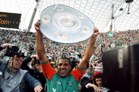 """Ailton war 2004 als Deutscher Meister – im Bild nach dem 3:1-Meisterstück in München, DFB-Pokalsieger, Bundesliga-Torschützenkönig und """"Fußballer des Jahres"""" und war mit Werder Bremen extrem erfolgreich."""