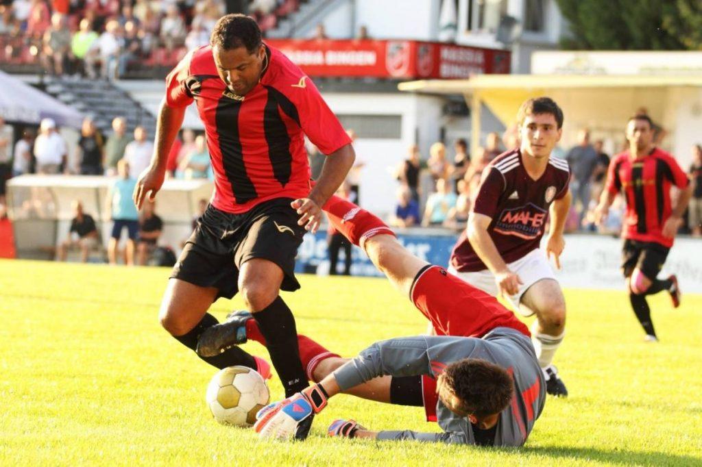Nach seiner Zeit bei Werder lief es für Ailton aber fußballerisch nicht mehr so richtig rund. Bei Hassia Bingen kickte er 2012 in der Verbandsliga Südwest immerhin wieder gegen Kaiserslautern – allerdings nur gegen die TSG…