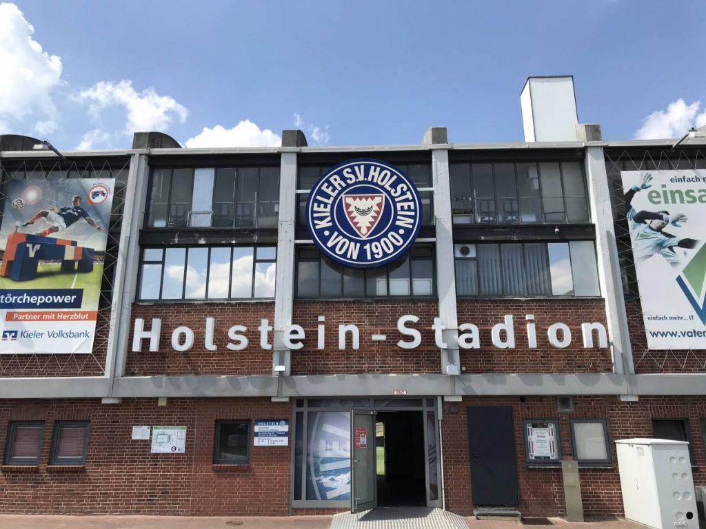 Das Holstein-Stadion - ein eher bescheidenes Fußball-Domizil.