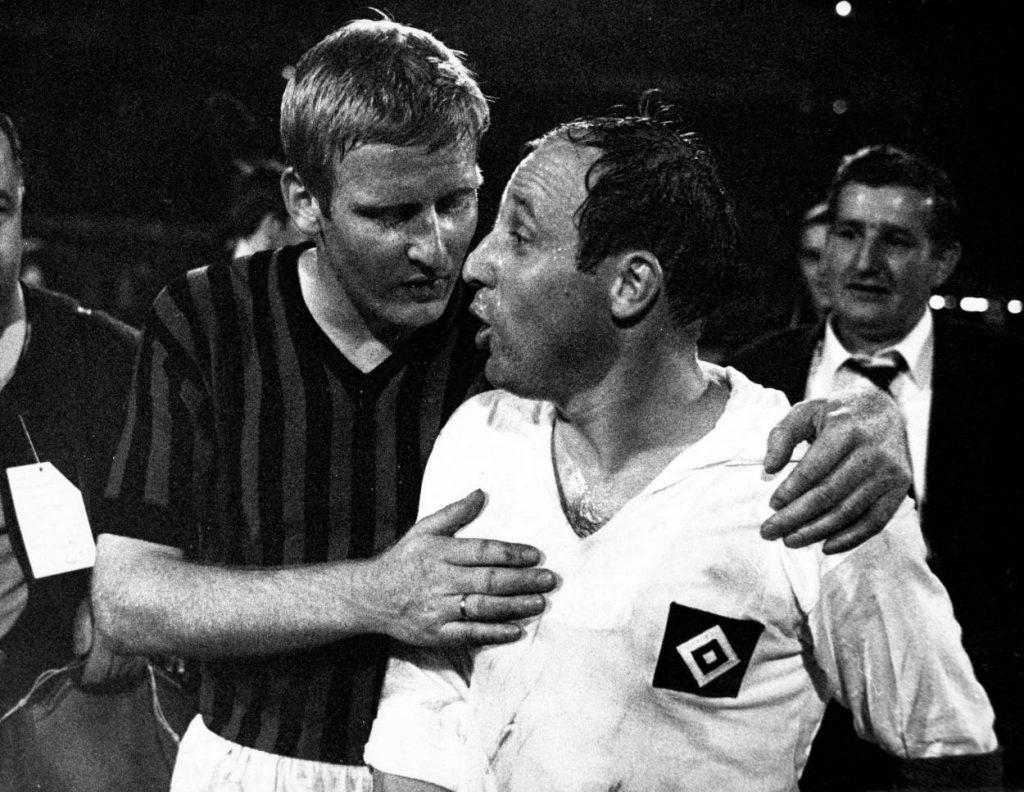 Unterschiedliche Wege: Karl-Heinz Schnellinger (Milan, li.) wechselte nach Italien, Uwe Seeler (HSV) nicht…