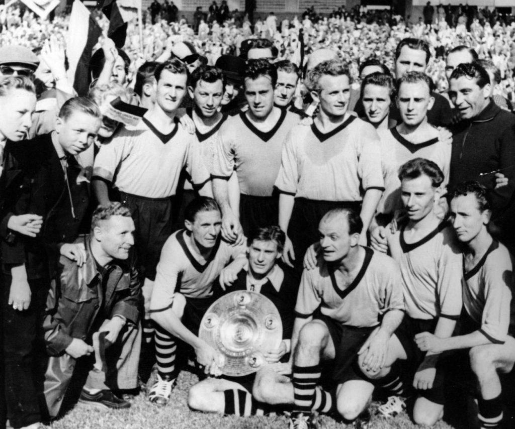 Die Meistermannschaft von Borussia Dortmund von 1957 mit (hinten, ganz links) Herbert Sandmann.