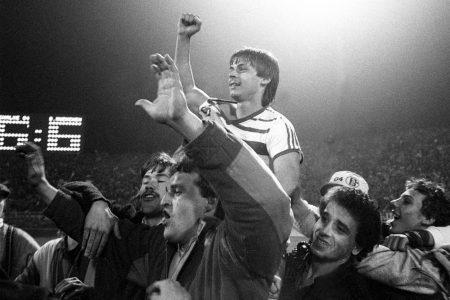 6:6 – Die Leinwand im Gelsenkirchener Parkstadion zeigt es an: Olaf Thon und der FC Schalke 04 haben im Pokal-Halbfinale gegen den FC Bayern München ein Jahrhundertspiel geliefert.