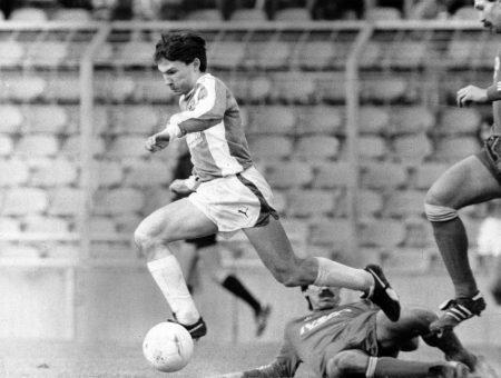 Ludwig Kögl überspringt 1984 im Spiel FC Bayern Amateure gegen 1860 München einen Gegenspieler. F