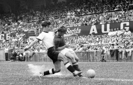 Fritz Laband im WM-Viertelfinale 1954 gegen Jugoslawien mit Bernard Vukas (r.).