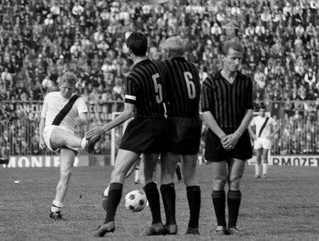 Treffen der Italien-Legionäre: Am 15. Januar 1964 trifft Helmut Haller (l.) mit dem FC Bologna auf den AC Mailand mit Karl-Heinz Schnellinger (m.) und dessen italienischem Teamkollegen Giovanni Trapattoni.