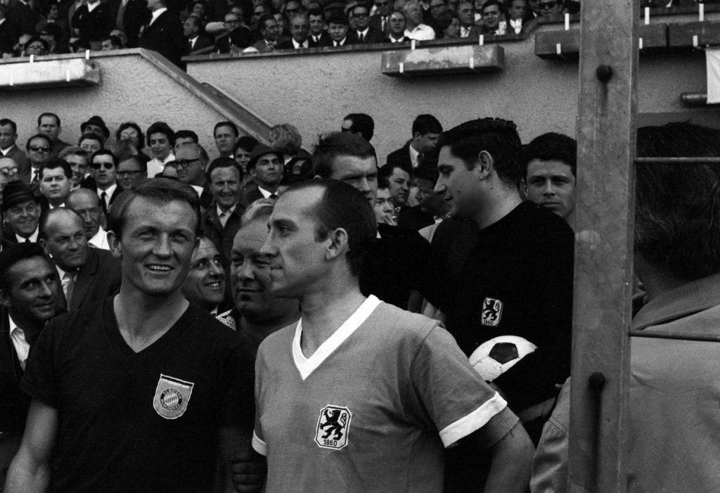 Münchner Derby am 30. März 1968 in der Fußball-Bundesliga: Die Kapitäne Werner Olk vom FC Bayern (l.) und Peter Grosser von 1860 München vor dem Spiel im Smalltalk.