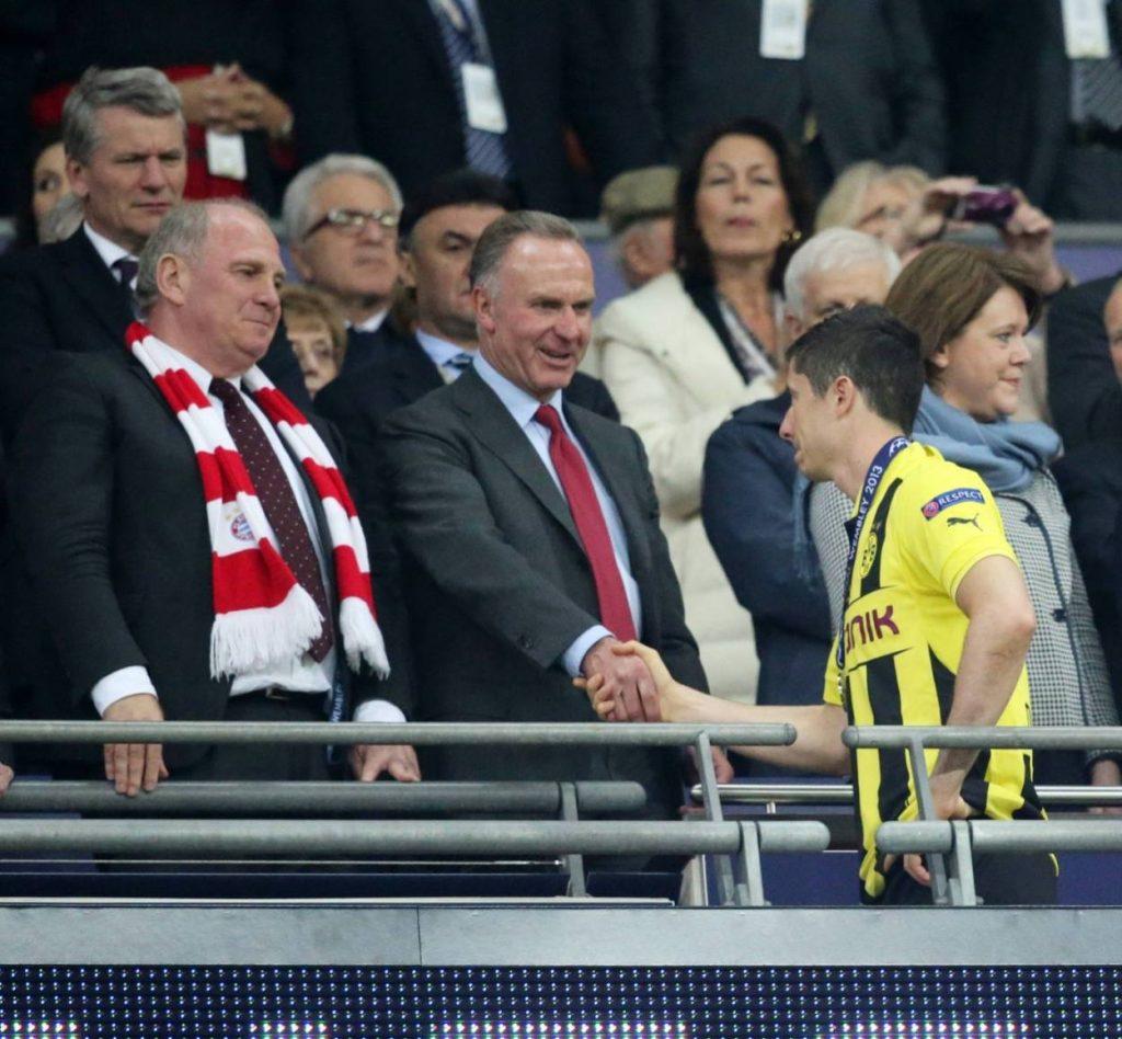 Mehr als ein symbolischer Händedruck? Robert Lewandowski (r.) und die Bayern-Bosse Uli Hoeneß und Karl-Heinz Rummenigge nach dem für Borussia Dortmund verlorenen Champions-League-Finale 2013 (1:2) auf der Ehrentribüne von Wembley.