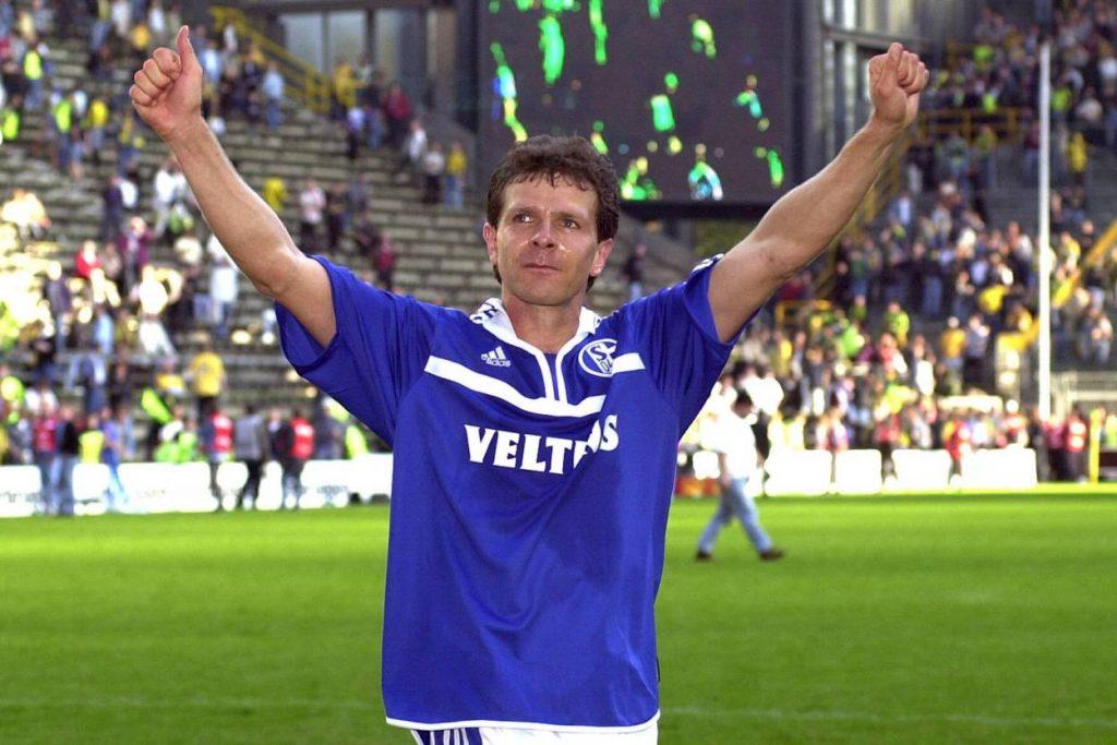 """23. September 2000: Der Tag, an dem Andreas Möller einmal nach Dortmund zurückkam. 4:0 für den FC Schalke 04 im Westfalenstadion und der """"Verräter"""" in Siegerpose."""
