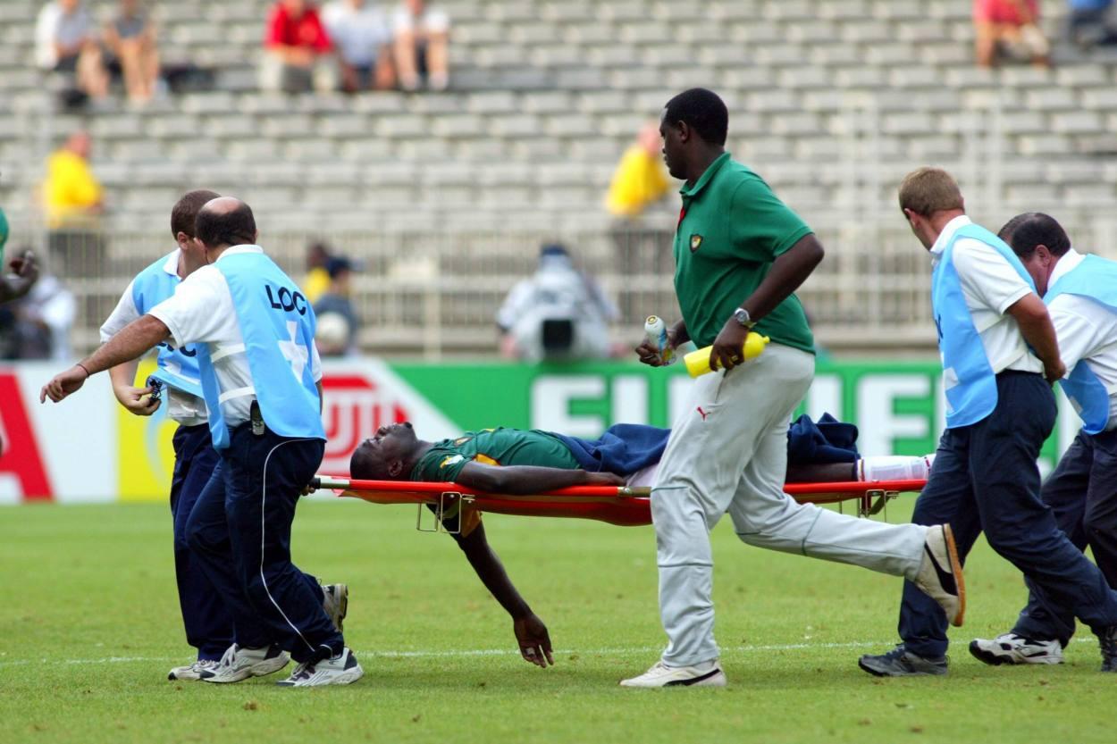 Marc-Vivien Foe wird bewusstlos mit einer Trage vom Spielfeld getragen.