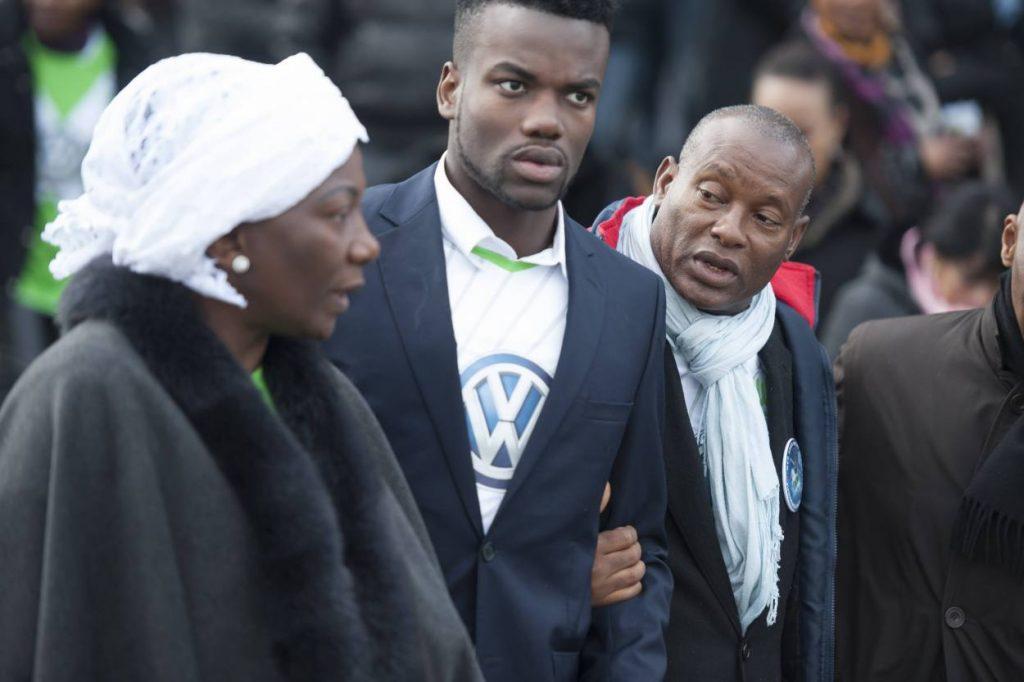 Die Eltern von Junior Malanda auf seiner Beerdigung.