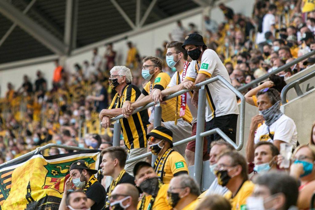Fans, Stadion, Tribüne, Maske, Dresden