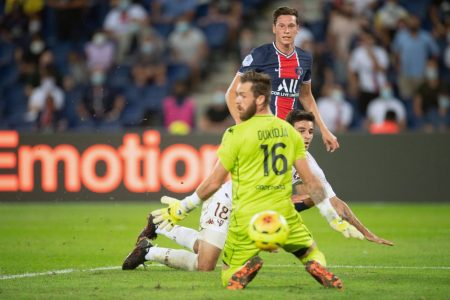 Paris Saint-Germain recorded their first win of Ligue 1 season, thanks to Julian Draxler who scored in stoppage time against Metz.