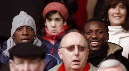 Shaun Wright-Phillips und sein Adoptiv-Vater Ian Wright (l.) auf der Tribüne beim FC Chelsea.