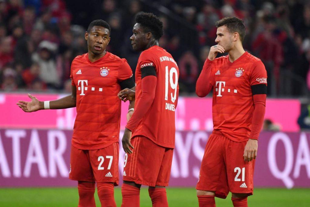 Wen hat Hansi hier am meisten lieb? Die Abwehr-Crew des FC Bayern bestehend aus David Alaba, Alphonso Davies und Lucas Hernandez!