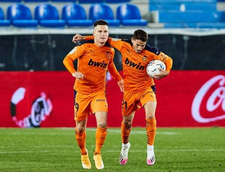 Two late goals from Manu Vallejo and Hugo Guillamon rescue a point for Valencia against out-of-form Deportivo Alavés.