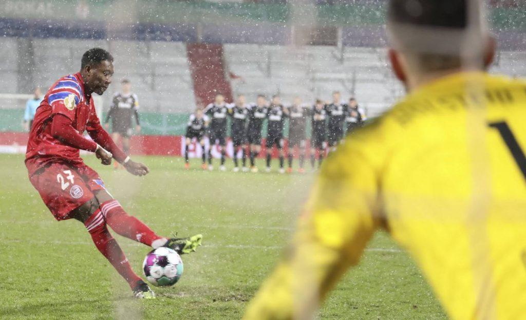 David Alaba trifft im Elfmeterschießen für den FC Bayern München bei Holstein Kiel (7:8). Am Ende gewann Kiel.