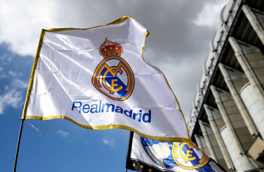 Die Fahne von Real Madrid vor dem Bernabeu-Stadion.