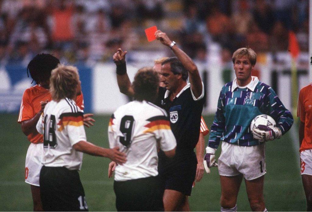 Erschrecken bei Rudi Völler - Platzverweis.