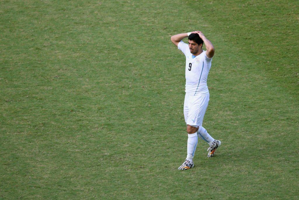 Luis Suarez wird vom Platz gestellt. Uruguay scheidet aus.