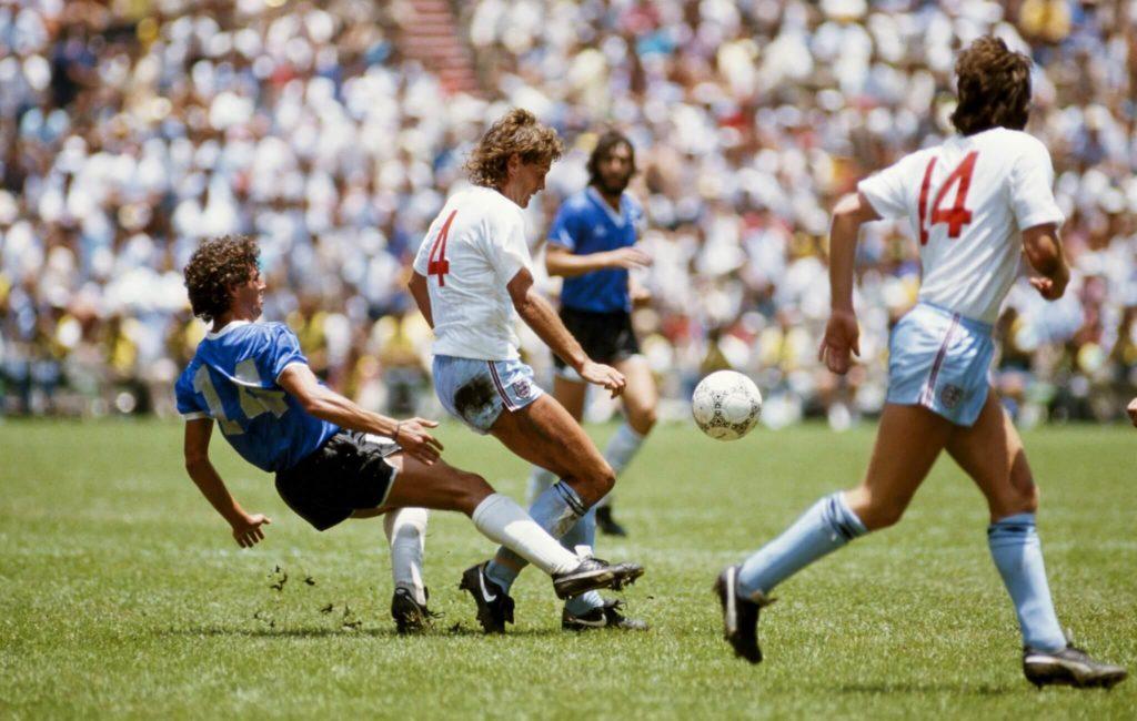 Diego Maradona im Zweikampf mit Glenn Hoddle.