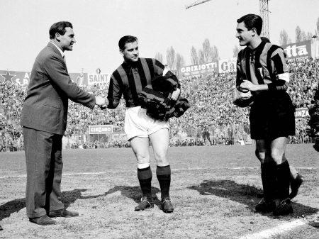 Gunnar Nordahl (Mitte) im Trikot des AC Mailand.