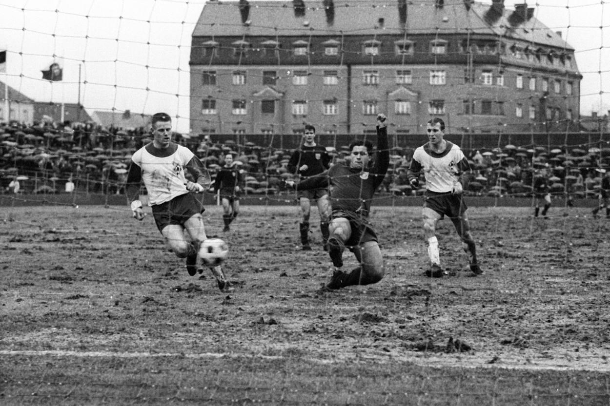 Der FC Bayern im Dezember 1965 im Stadion an der Grünwalder Strasse.
