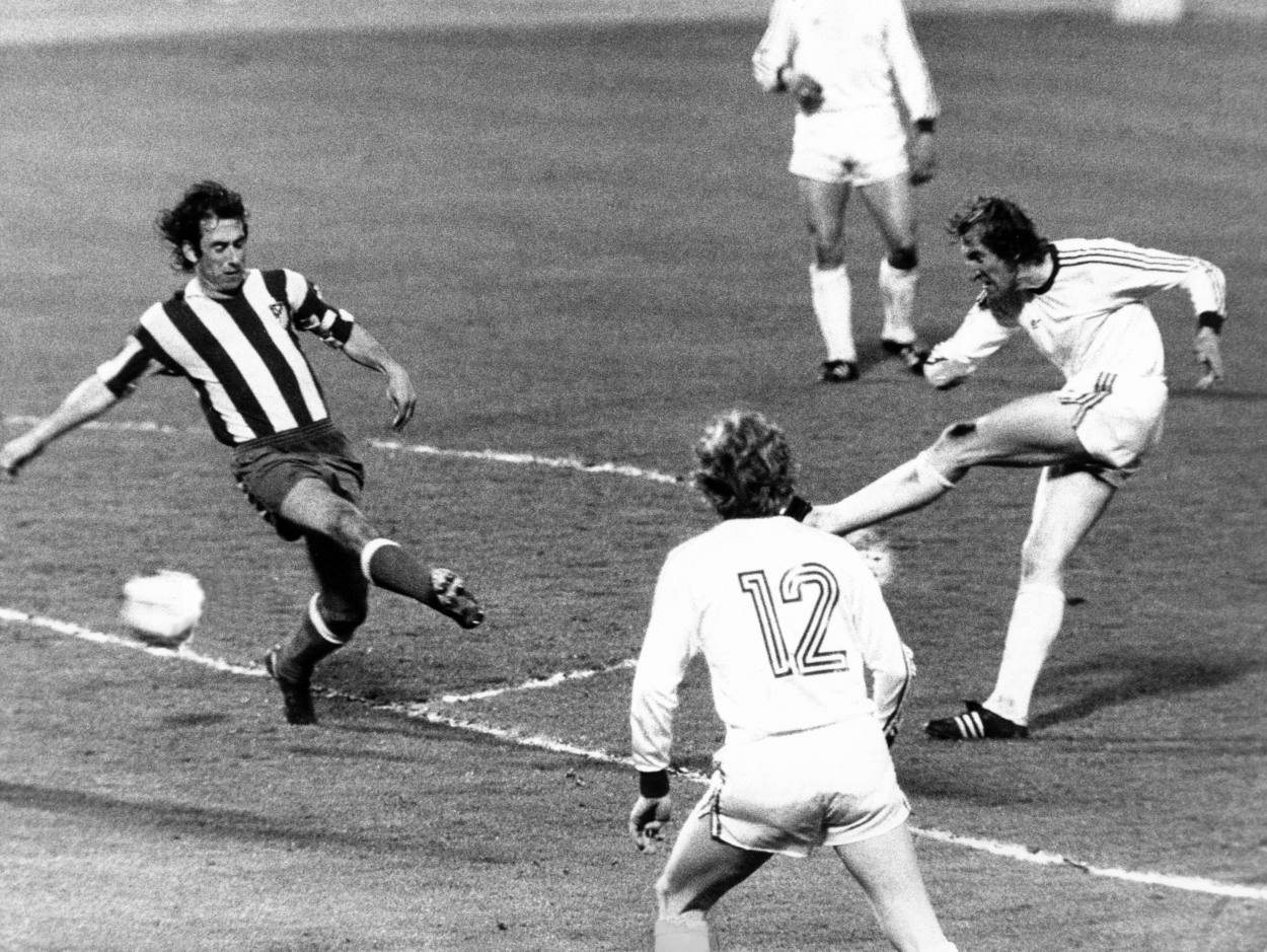 Hans-Georg Schwarzenbeck hält die Bayern im Spiel im Finale des Europacups der Landesmeister 1974 gegen Atletico Madrid.